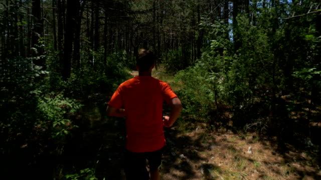 zeitlupe-medium shot der männlichen läufer, von hinten - hinter stock-videos und b-roll-filmmaterial