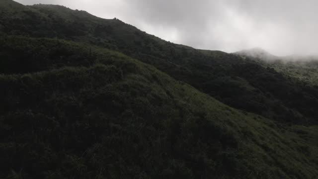 4k, yavaş çekim, tai mo shan gözlemevi istasyonu, hong kong'un en yüksek zirvesi - mountain top stok videoları ve detay görüntü çekimi