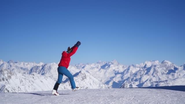 山で側転をしているスキーヤーのスローモーション - 日常から抜け出す点の映像素材/bロール