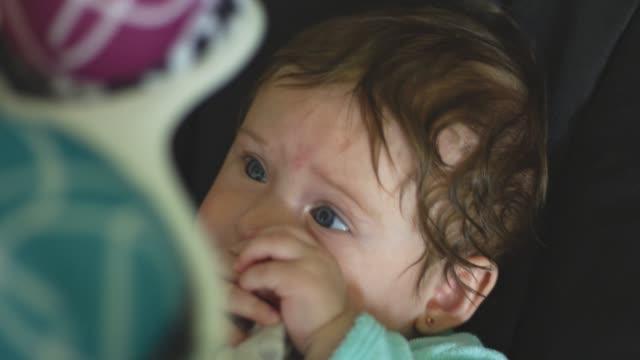 vídeos de stock, filmes e b-roll de movimento lento do bebê com os olhos bonitos que olham acima no móbil - mobile