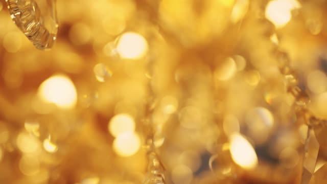bulanıklık ve bulanık kristal chadelier parlak glitter soyut arka plan yavaş hareket - avize aydınlatma ürünleri stok videoları ve detay görüntü çekimi