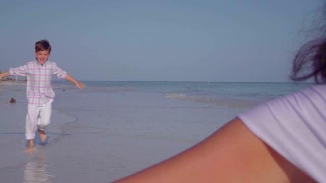 スローモーションの少年が腕にビーチでの女性 - 親族会点の映像素材/bロール