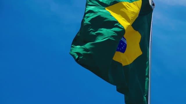 slow motion av brasiliansk flagga i vinden - brasilien flagga bildbanksvideor och videomaterial från bakom kulisserna