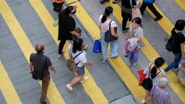 slow-motion von beschäftigt fußgängerüberweg in hong kong - überweg warnschild stock-videos und b-roll-filmmaterial