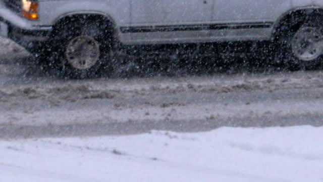 Zeitlupe des Autofahrens am kalten Schneeschnee-Wintertag – Video