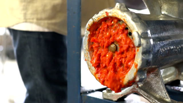 slow motion of chilli mill with machine - chilli con carne video stock e b–roll