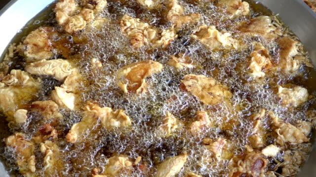 vidéos et rushes de mouvement lent du poulet frit de cuisson - aliment frit