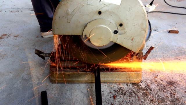 slow-motion der schleifmaschine für schneiden eisen oder metall - kreissäge stock-videos und b-roll-filmmaterial