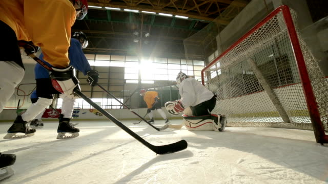 slow-motion der eishockey-spieler in aktion bei hockeyarena. - hockey stock-videos und b-roll-filmmaterial