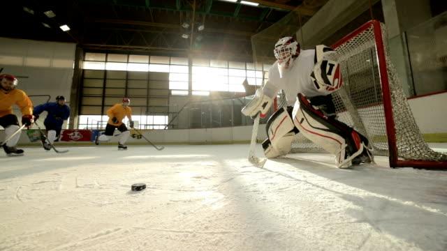 アイス ホッケー選手、スケート リンクでの試合中にアクションのスローモーション。 ビデオ