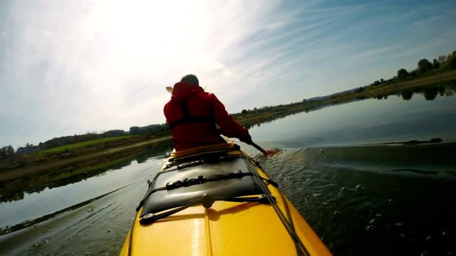 vidéos et rushes de mouvement lent de l'homme pagayant le kayak - kayak