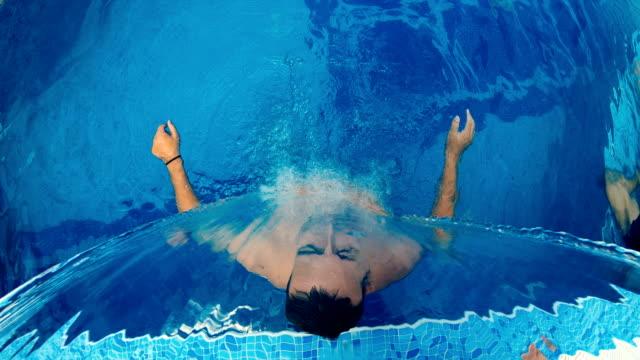 zeitlupe von männern unter wasserfall jet in einem pool mit massage auf dem rücken - sauna und nassmassage stock-videos und b-roll-filmmaterial