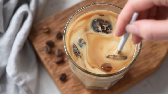 slow motion att blanda iskaffe med grädde - iskaffe bildbanksvideor och videomaterial från bakom kulisserna