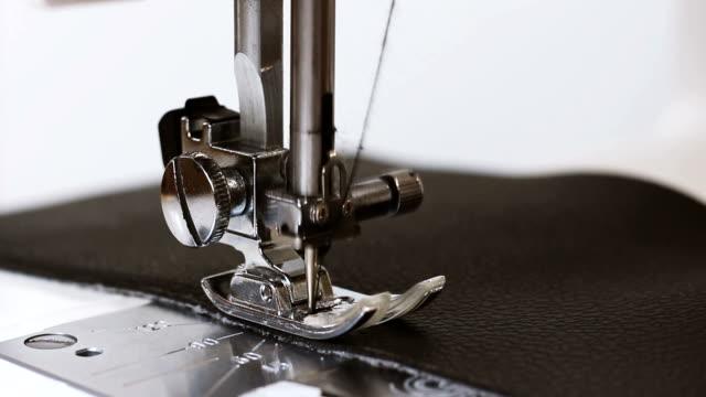 slow motion av nål med tråd av symaskin sy läder tyg - läder bildbanksvideor och videomaterial från bakom kulisserna