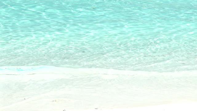 slow motion av ocean wave på vit sand tropical beach i thailand. - pattaya bildbanksvideor och videomaterial från bakom kulisserna