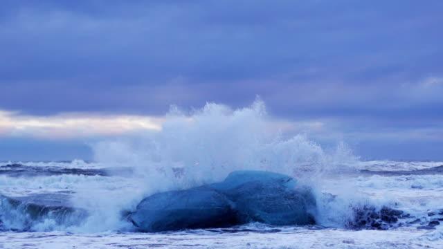 Zeitlupe von ocean wave überwältigenden Eisberg Feststecken – Video