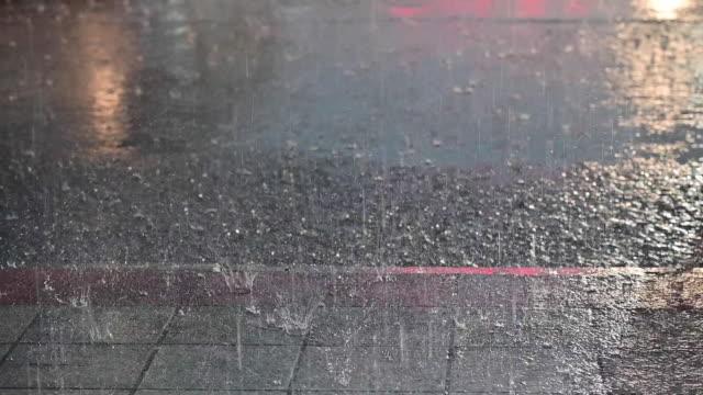 vídeos y material grabado en eventos de stock de cámara lenta de lluvia caída con farolas y semáforos coloridos - pesado