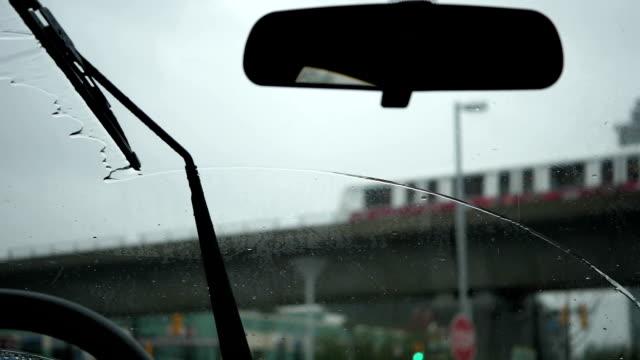 Zeitlupe der regnerischen Tagessicht während der Windschutzscheibe des Autos – Video