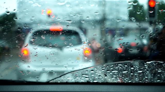 vidéos et rushes de slow motion de vue jour de pluie à l'intérieur d'une voiture. - pare brise