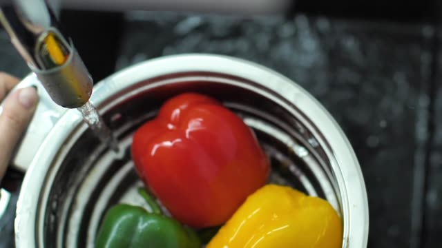 Slow Motion Of Red, Green Bell Pepper Drop In The Water - vídeo
