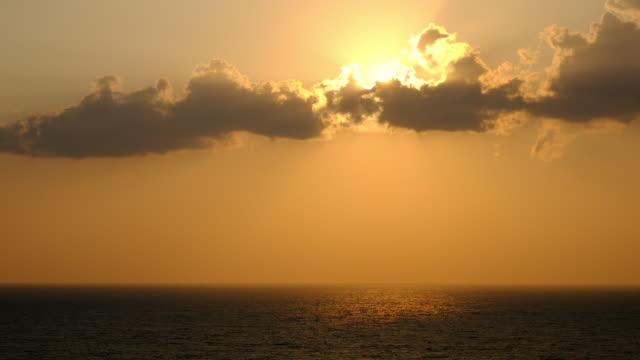 slow motion di sfondo panoramico del cielo arancione al tramonto, alba arancione panoramica, paesaggio marino rilassante con ampio orizzonte. full hd. 1080p. - full hd format video stock e b–roll