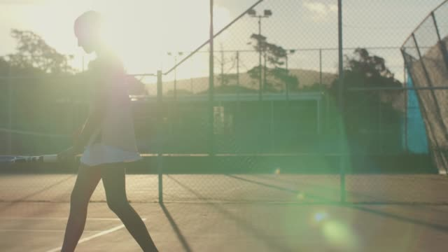 テニス プレーヤーを提供する準備のスローモーション - テニス点の映像素材/bロール