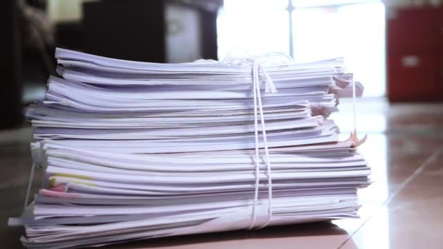 vídeos y material grabado en eventos de stock de slow motion del paquete de documentos caer desde arriba al suelo. - montón