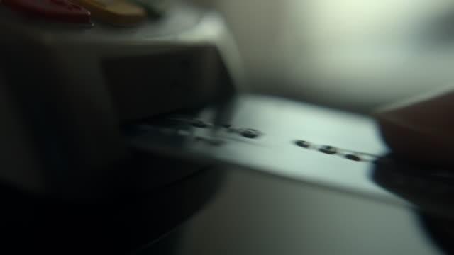 slow motion att använda kreditkortsläsare, närbild - spendera pengar bildbanksvideor och videomaterial från bakom kulisserna