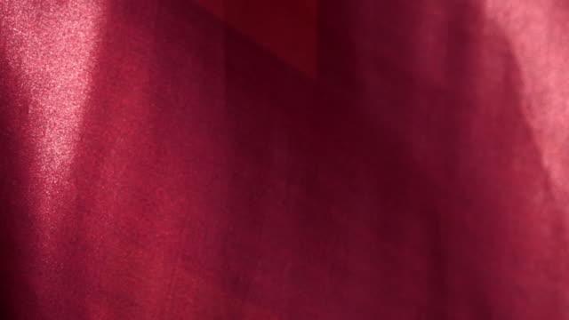stockvideo's en b-roll-footage met slow motion wuivende doek van de rode vlag in de wind close-up. - spandoek