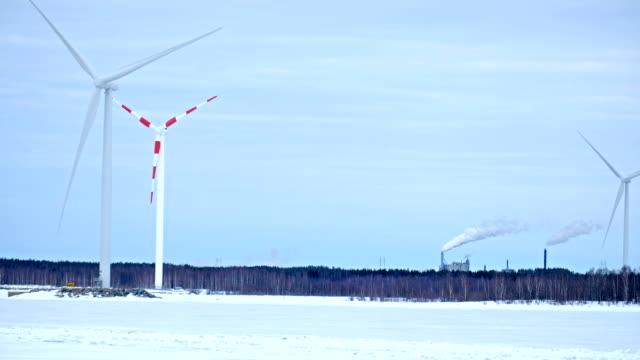 slow motion vindkraftverk snurrar på snöfält - norrbotten bildbanksvideor och videomaterial från bakom kulisserna