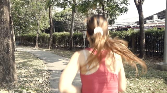 slow-motion der frau an einem morgen laufen im öffentlichen park - einzelne frau über 30 stock-videos und b-roll-filmmaterial