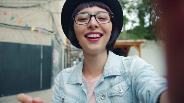 zeitlupe der jungen dame machen online-video anruf chatten senden luft kuss - bloggen stock-videos und b-roll-filmmaterial