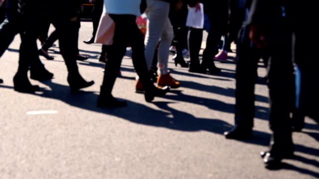 スローモーション: 歩行者横断歩道 - マルチタスク点の映像素材/bロール