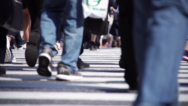 slow motion : pedestrians crossing in tokyo ,japan. - fare un passo video stock e b–roll
