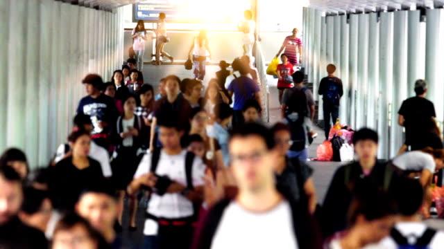 ağır çekim: geçit üzerinde yürüyen insanlar - bangkok stok videoları ve detay görüntü çekimi