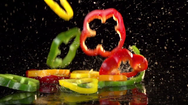 stockvideo's en b-roll-footage met slow motion peppers - peper groente
