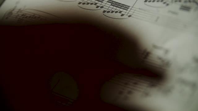 vídeos de stock e filmes b-roll de slow motion piano musical score - piano