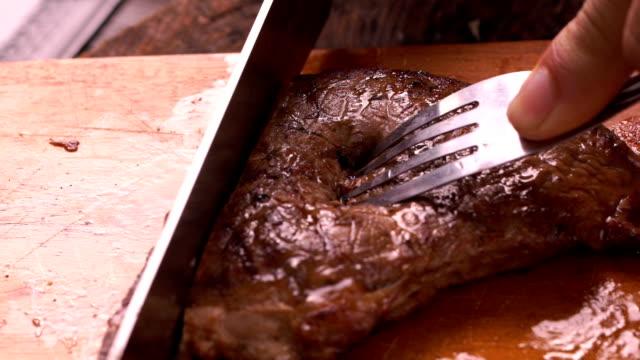 stockvideo's en b-roll-footage met slow motion: roze zeldzame plakje vlees gedraaid uit de buurt van de entrecote te betrachten koken tussen zeldzame en middelgrote zeldzame - minder dan 10 seconden