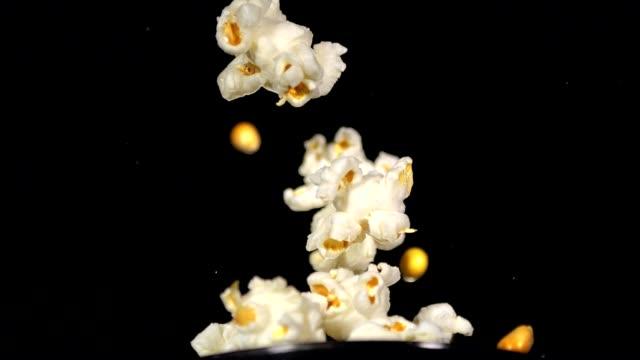 stockvideo's en b-roll-footage met slow motion popcorn popping - popcorn