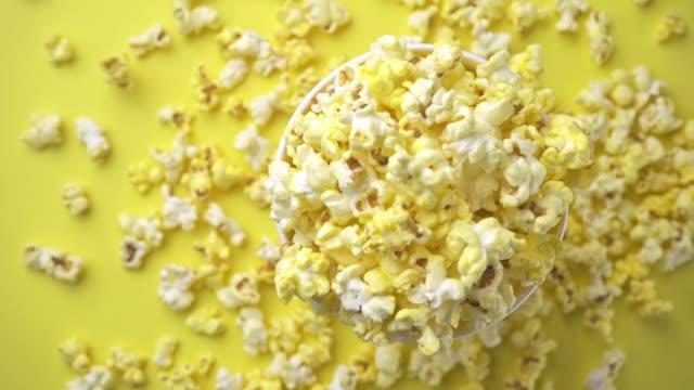 stockvideo's en b-roll-footage met slow motion popcorn - popcorn