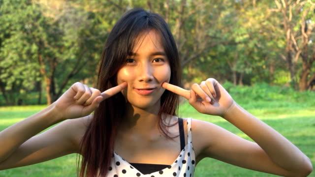 Retrato de cámara lenta de alegre mujer asiática. - vídeo