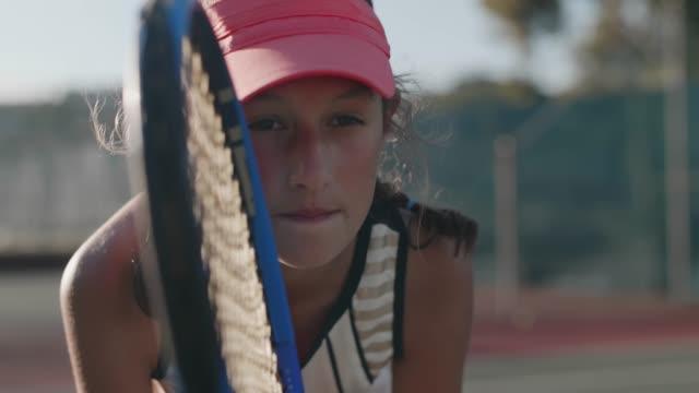 vídeos y material grabado en eventos de stock de cámara lenta retrato del joven tenista concentrando - tenis