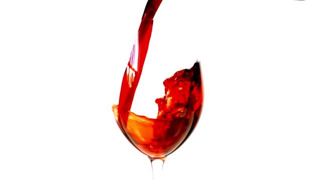 vídeos de stock e filmes b-roll de câmara lenta vertendo vinho tinto sobre fundo branco - uva shiraz