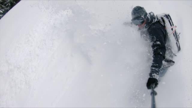 ハンドヘルドポール上のアクションカメラ付きスローモーションパウダースノーボード ビデオ