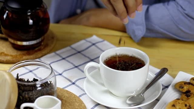 スローモーションは、お茶の葉を入れた - ソーサー点の映像素材/bロール