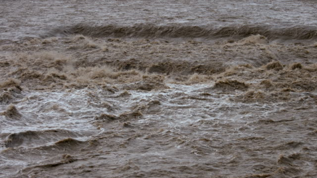 slow motion - river swollen by heavy rain - pioggia torrenziale video stock e b–roll