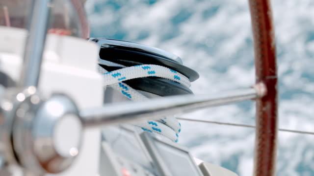 cu slow motion sailboat timone e sartiame - andare in barca a vela video stock e b–roll