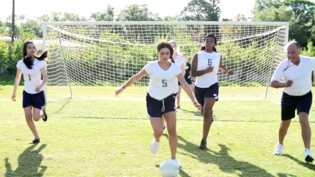vídeos y material grabado en eventos de stock de cámara lenta la secuencia de entrenamiento del equipo de fútbol femenino de escuela - deportes de la escuela secundaria