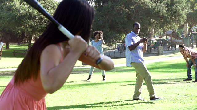 vídeos y material grabado en eventos de stock de cámara lenta secuencia de amigos jugando béisbol en el parque - sófbol