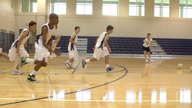 vídeos y material grabado en eventos de stock de cámara lenta secuencia de high school students jugando bolas dodge - deportes de la escuela secundaria